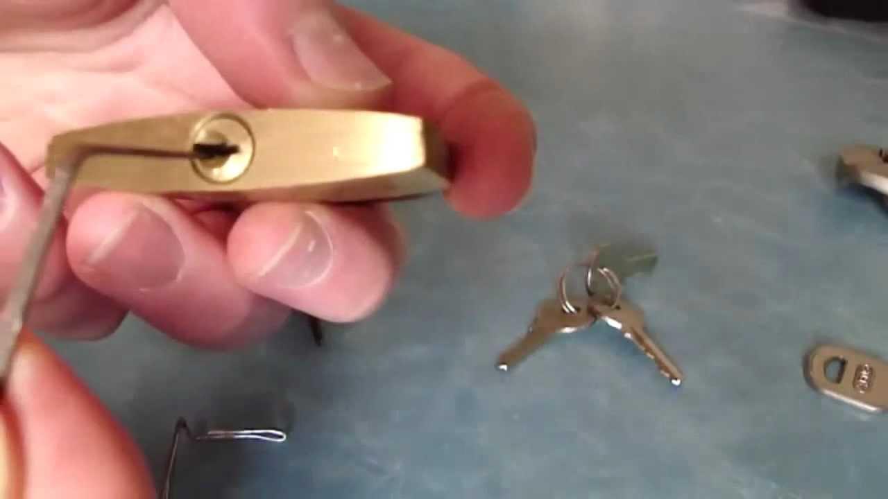 Comment ouvrir une serrure avec un trombone - Comment fermer une porte sans serrure ...